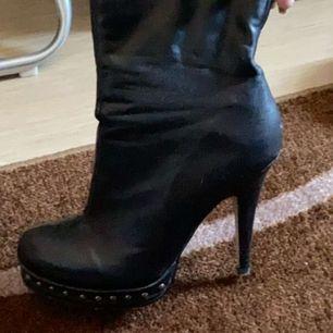 Dom är använda 3 gånger runda nitar på, jätte bra att gå i säljer för har fått för stora fötter.