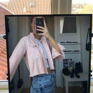 Säljer min sååå fina jeansjacka från NAKD i den mest perfekta vårfärgen som är helt oanvänd🌸 storlek 34. Frakt betalas av köparen💜