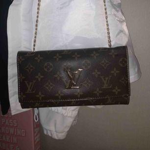 AAA kompis på en Louis Vuitton väska! Riktigt fin och sjukt bra kvalité!! Använd få tal gånger! Ny pris 1000kr, säljer den för 400 inklusive frakt, (jag betalar alltså frakt)