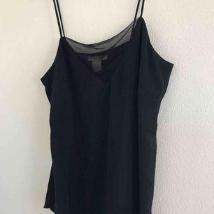 Sjukt snyggt linne från h&m i storlek 34, passar även 36. Aldrig använt och är i ett lite glansigare material med en nätdetalj vid brösten. Eventuell frakt tillkommer💗⚡️