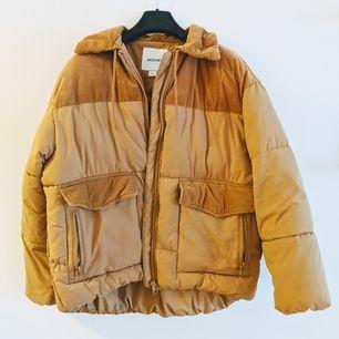 Underbar, varm jacka från Monki. Inköpt till vintern 19/20. Fint skick, inga fläckar etc. Köparen står för frakt 💛