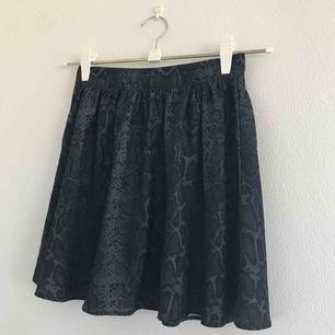 Supergullig kjol från Ginatricot i strl 34, passar även 36. Grå svart ormmönster med guldig dragkedja i ryggen. Väldigt fint skick, som ny! Skön och luftig. Eventuell frakt tillkommer 💗⚡️