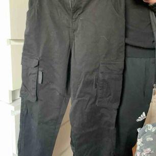 svarta snygga cargo byxor som är såå mjuka men är tyvärr lite för små för mig! pris kan diskuteras.