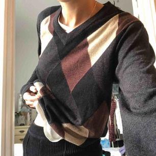 Vringad sweatshirt med ett litet hål på magen