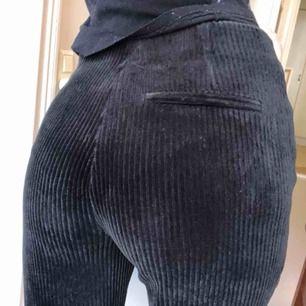 Mjuka svarta manchesterbyxor
