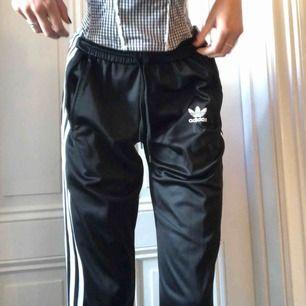 Mina favvo adidas trackpants med dragkedjor längst ner