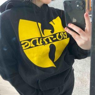 Supercoola Wu-Tang hoodie från junkyard. Liten reva på märket, annars gott skick! Säljes på grund av att den sällan används ⚡️