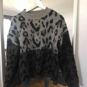 Jättefin stickad tröja med leopard mönster från mango! Lite längre i modellen, passar större och mindre. Säljes pga använder inte längre. Köpare står för frakt!