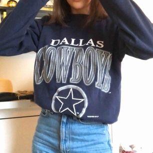 Dallas Cowboy sweatshirt i storlek medium köpt på Beyond Retro. Den har en liten vit fläck på ena armen men inget som märks. Fraktar eller möts i Stockholm 🦋🦋