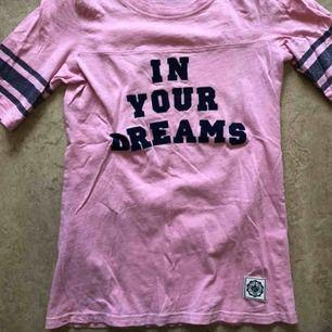 Längre tischa från VS Pink. In your dreams texten är i sammet. Köpt för 10 år sedan men knappt kommit till användning haha. Möts upp i Stockholm eller så står köparen för frakten 🌸
