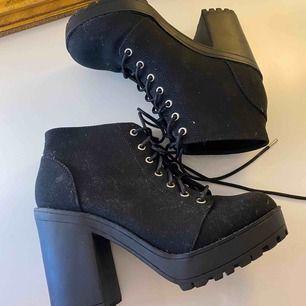 Helt nya och oanvända high heels boots i storlek 38.  Skicka mig ett meddelande med priset du kan tänka dig köpa den för.