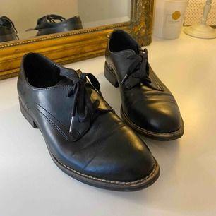 Sparsamt använda skor i storlek 39. Skicka mig ett meddelande med priset du kan tänka dig köpa den för.