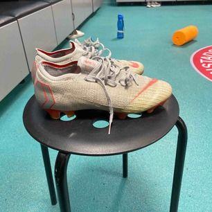 Till alla fotbollsälskare, detta är något för er!!  Nike mecurial vapor 12 Grey Ganska använda, men inte söndriga Pris går att diskutera, kan alltså sänkas om någon vill