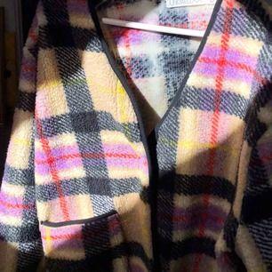 Väldigt fin och cool cardigan/jacka från Junkyard köpt förra året ! Aldrig använd (bara för den andra bilden ).  Är S men lite oversize . Perfekt nu till våren . 💘