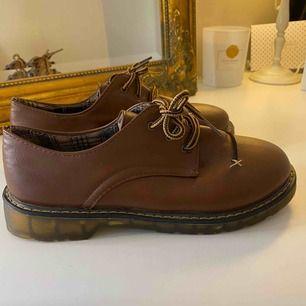 Helt nya och oanvända skor. Skicka mig ett meddelande med priset du kan tänka dig köpa den för.
