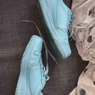 Riktigt coola sneakers, säljs då de ej är min stil. Lite använda☺️ går att mötas upp i Gbg eller lämna i brevlåda Gbg, annars tillkommer frakt 🌷