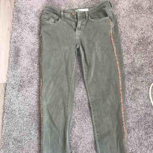 Super snygga gröna jeans ifrån Zara 🤩💫 jätte bra skick högst använd 3ggr. Strl 38 men ÄR små i strl så rekommenderar till 36☺️ jag är 167 o passade perfekt 💗👌 jääättesköna och super snygga detaljer med stenarna på sidan!