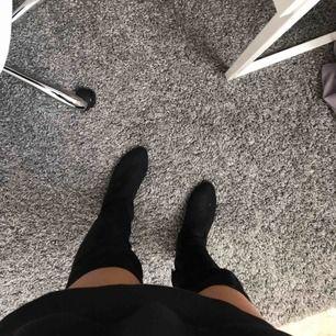 Svarta overknee boots o mocka material med lite klack