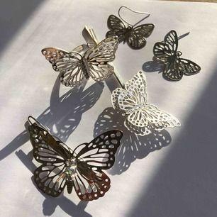 Silvriga fjärilformade smycken! Två hårspännen, ett par örhängen och en ring! Säljer alla tillsammans för 60kr! 🌟🌟🌟