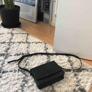 Fin väska som man stänger med en knapp, på insidan finns det ett litet fack med dragkedja. Längd går att justera med axelbandet. I princip oanvänd skick 10/10!  Går att mötas upp i Växjö annars tillkommer frakt :)