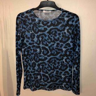 Asball mesh tröja från pieces med blått leopardmönster! Sitter inte tajt på mig som har storlek S så den är stor i storleken och skulle nog till och med passa en M.☺️