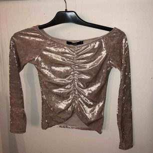 Rosa/beige tröja från bikbok i storlek xs, för liten för mig så måste tyvärr sälja den! Den är i sammet. Den går att ha offshoulder om man vill!😇