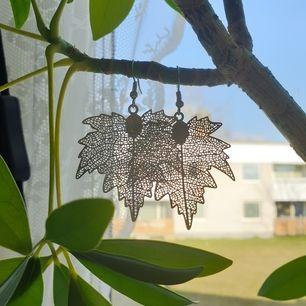 Silver färgade löv örhängen som bara har använt ett fåtal gånger. Jag spritar dem innan de skickas. Köparen betalar frakt.