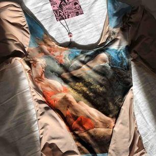 Väldigt fin  Vivienne Westwood inspirerad korset top köpt från New Girl Order nyligen !  Säljer då den var för liten  på mig . Är i stl 36 men den sitter mer som en xs/s ! Perfekt till sommaren !👼🏼✨☁️🧚🏼♀️