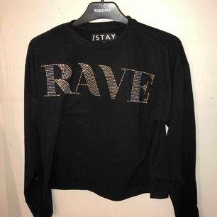 En svart tröja från I STAY i storlek S, det står RAVE på den😇