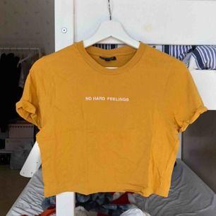 Senapsgul crop t-shirt från Topshop, i toppen skick! Kontakta mig gärna om du har frågor! Köparen står för frakten: 63kr