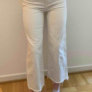 """Vita jeans som sitter as bra, använda ksk 20 gånger men är i bra skick förutom de två """"skärphållarna"""" som lossnat på ena kanten. Den ena är fram och den andra där bak. Går att sy fast men har inte sygrejer hemma tyvärr."""