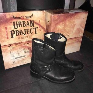Svarta kängor från Urban project i storlek 38! Använda men fortfarande i bra skick! Nypris var 1300 men jag säljer för 400!😇