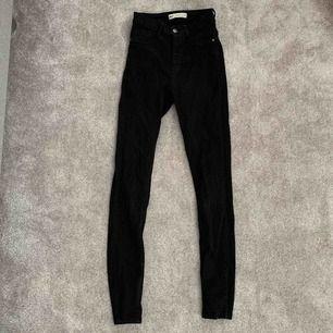Helt vanliga svarta tajta jeans. Nästan inte alls använda, då dom är lite för små för mig. Frakten ingår inte!🌼