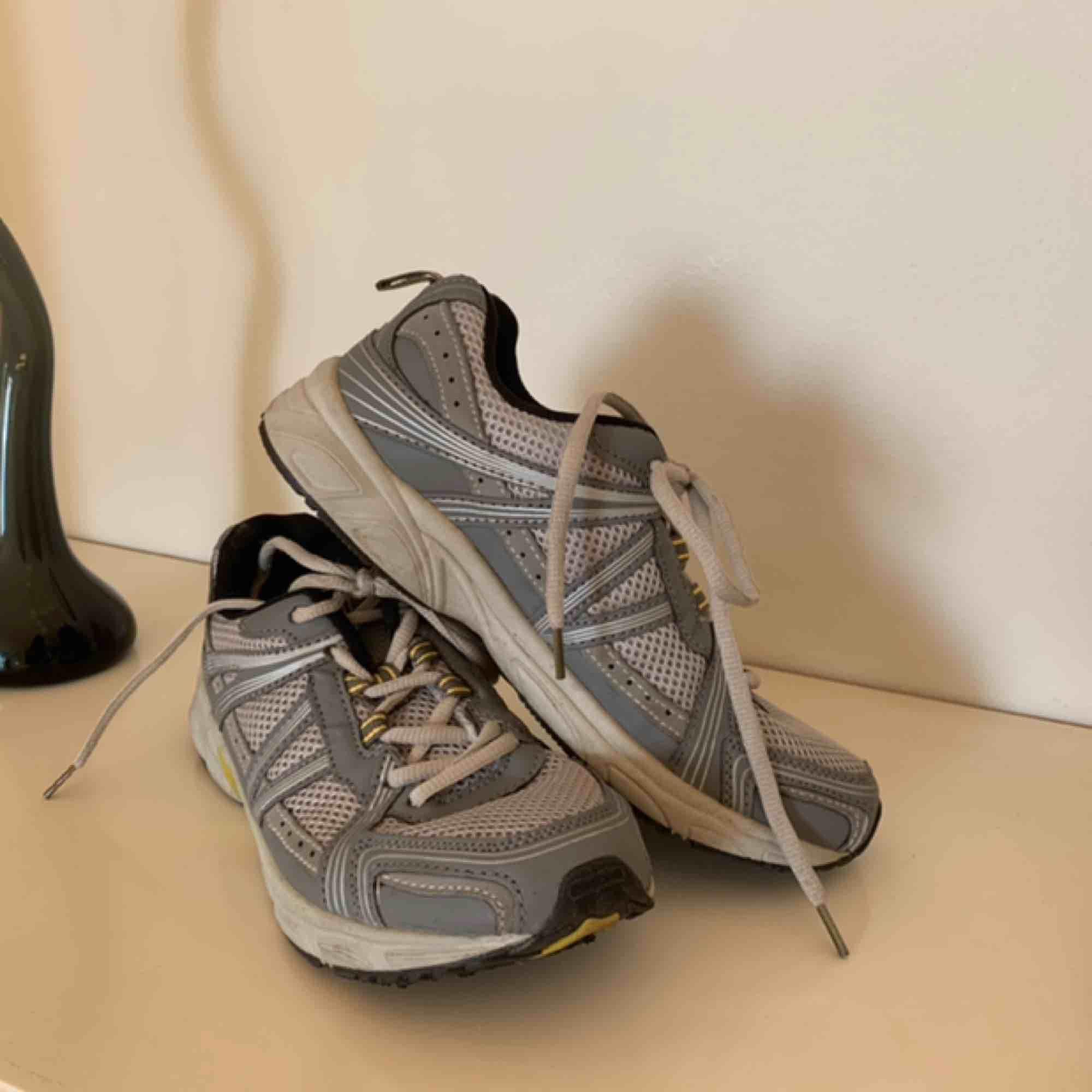 Sneakers köpts av en tjej på plick, säljer pga för stora för mig🖤 Gott skick!. Skor.
