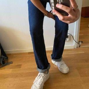 Mörkblå jeans från cheap monday. Finfint skick och väldigt sköna! Knappt använda, priset går absolut att diskutera!