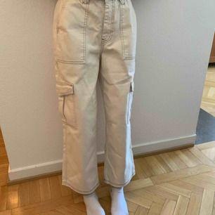 Super balla byxor från Urban outfitters. Säljer pga tyvärr förstora för mig. Väldigt bra skick pga knappt använda. Köptes för ca 500-600kr. Riktiga fickor på benen💘