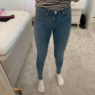 Blåa och tajta jeans från Gina tricot. Storleken är S på byxorna, men skulle säga att dom passar en XS.💜 Frakten ingår inte!