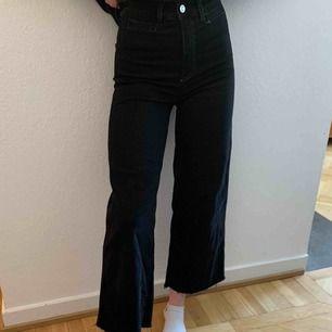 Svarta jeans som är lite utsvängda men tajtare där uppe för mig. Sitter as bra och är super sköna. Köptes för ca 300kr. Väl använda men mycket bra skick.