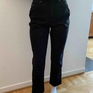 Riktigt snygga och sköna jeans från Lee, köpt på second hand för något halvår sen. Köptes för ca 150kr. Passar xs-s, väldigt bra skick💞