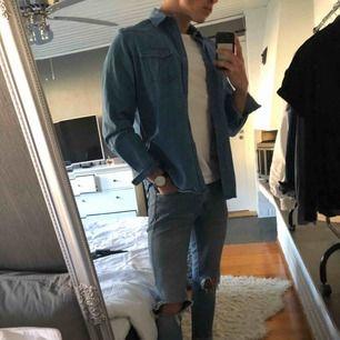 Säljer Calvin Klein Jeans skjorta i strl M Cond 8/10 Sitter underbart och skönaste tyget Säljer för den inte används tillräckligt