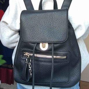 Snyggaste ryggsäcken från london✨ köpt för 350kr ganska använd men i bra skick!