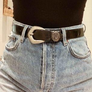 Bälte i lack med silverspänne, i använt fint skick. 85cm långt. 18kr frakt 🌟