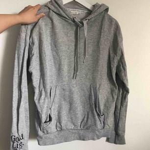 En grå hoodie från Bershka i strl S, nyskick, använd 1 gång. Eventuell frakt tillkommer 💗⚡️