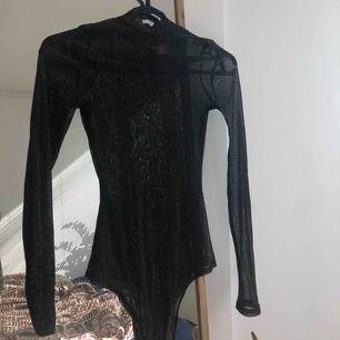 Fin glittrig genomskinlig mesh body från Nelly. Storlek s. Har en linne under på sista bilder. Kan skickas annars finns i Malmö. Frakt ingår i priset ✨