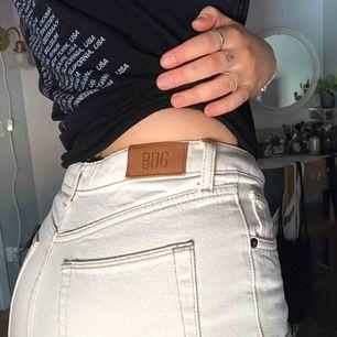 Jättefina off white-färgade jeans med kontrastsömmar från Urban Outfitters. Står w30 men dom sitter väldigt tight på mig som har w29 dvs typ M/L. Säljer pga för små :(