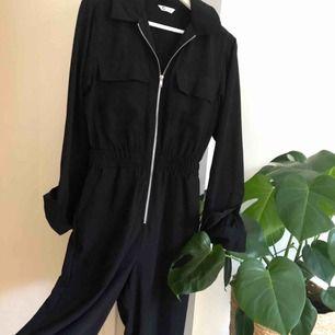 """En byxdress, endast använd vid ett tillfälle. Skönt och lite """"lyxigare"""" material. Kostymkänsla.  Storlek 34 Köptes för ca 400 kr"""