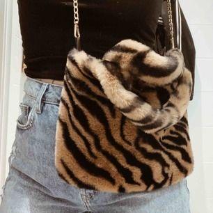 Fin väska i zebramönster, nyskick. 31x23cm. Smal guldkedja som axelrem. Frakt 44kr 💫
