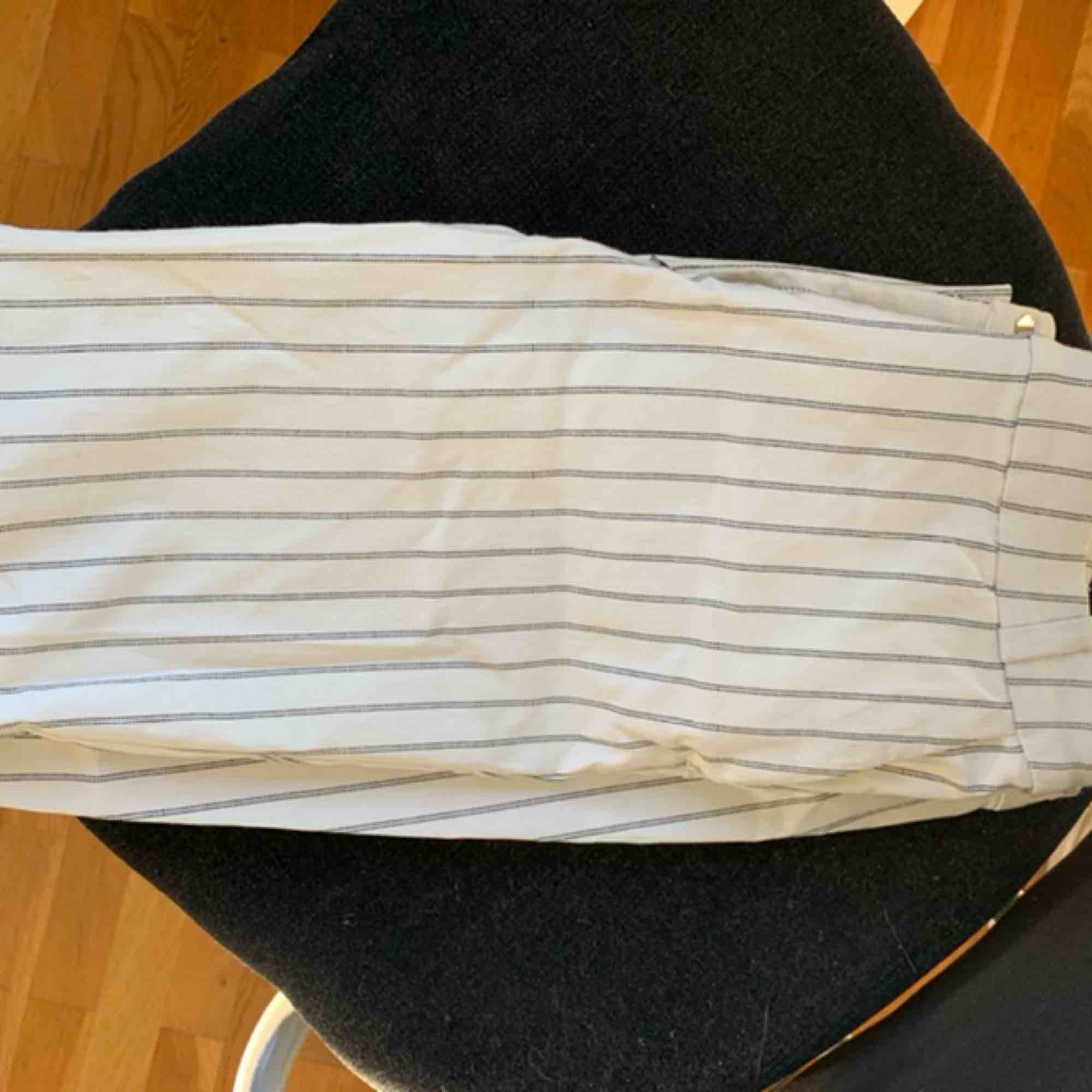Randiga Kostymbyxor från mango som jag säljer då jag inte gillar hur de sitter på mig. Storlek 36 men passar även 34. Jeans & Byxor.