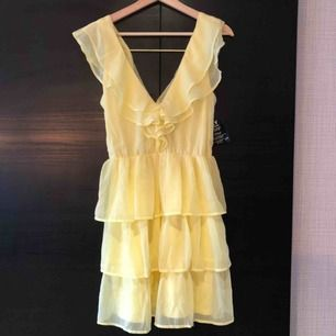 Jättefin citrongul klänning med volanger från Nelly! Har aldrig använt den så lappen sitter kvar. Köptes för 500 kr. Pris kan diskuteras och frakt tillkommer! 💛