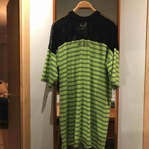 Vit, svart och grönrandig klänning från The Ragged Priest i bra skick. Endast använd fåtal gånger. Sitter fint och är bekväm.